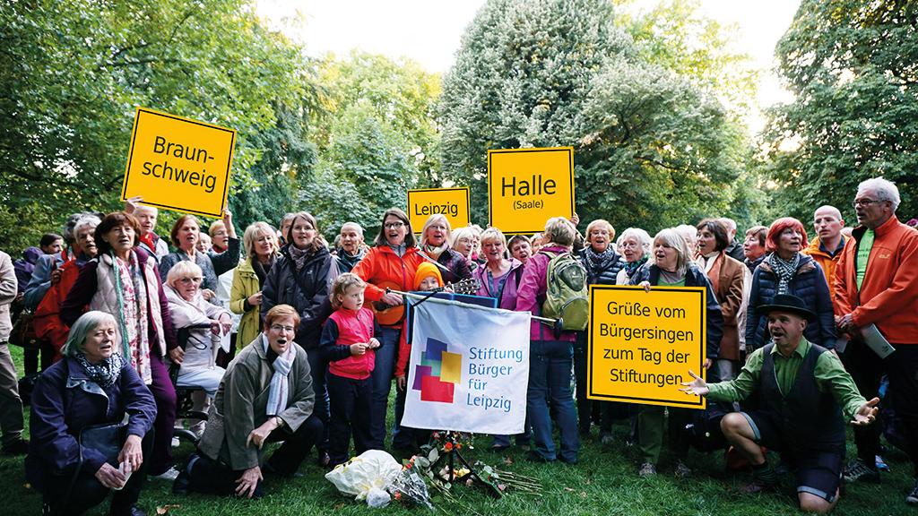 Leipziger Bürgersänger/innen zeigen Ortsschilder von Braunschweig, Halle und Leipzig zum Tag der Stiftungen 2015