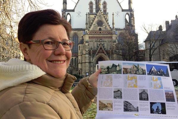 Angelika Kell mit Kalender vor der Thomaskirche