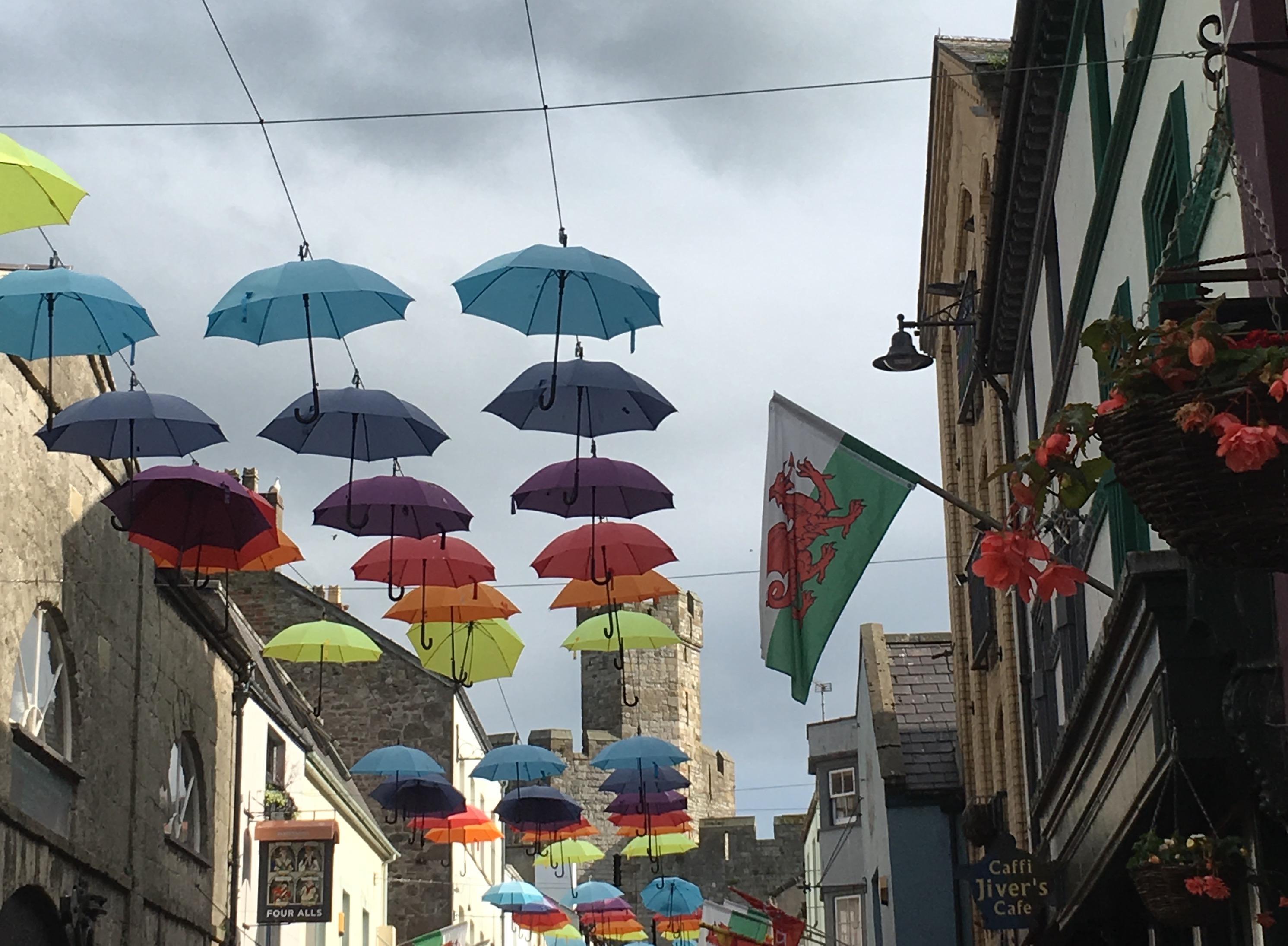 Caernarfon - Stadtansicht mit Drachen-Wappen und Schirmen