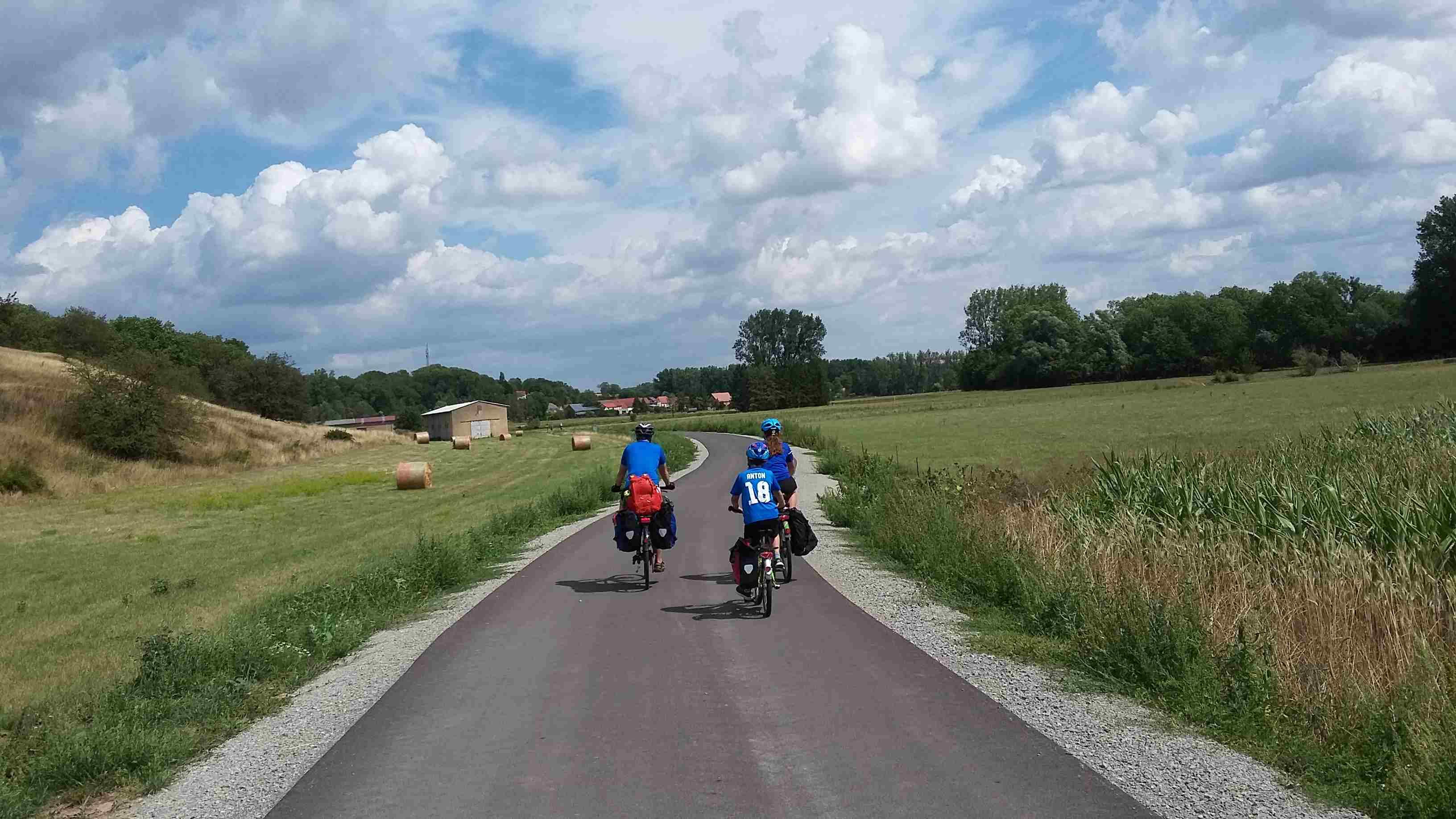 Radfahrer auf der ruhigen Nebenstraße in Thüringen