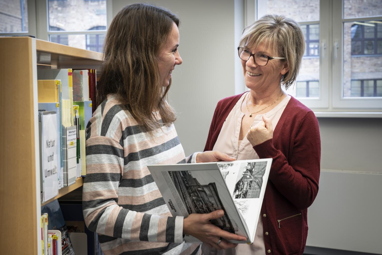Zwei Damen sprechen über ein Buch. Foto: Bernd Cramer
