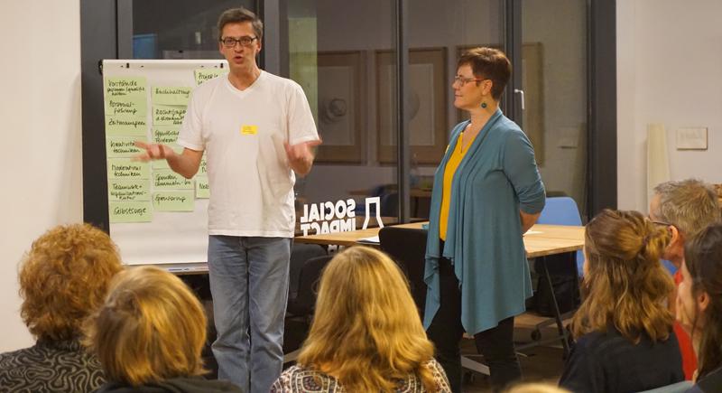 Seminarsituation mit Angelika Kell und TeilnehmerInnen im Social Impact Lab Leipzig vor Flipchart