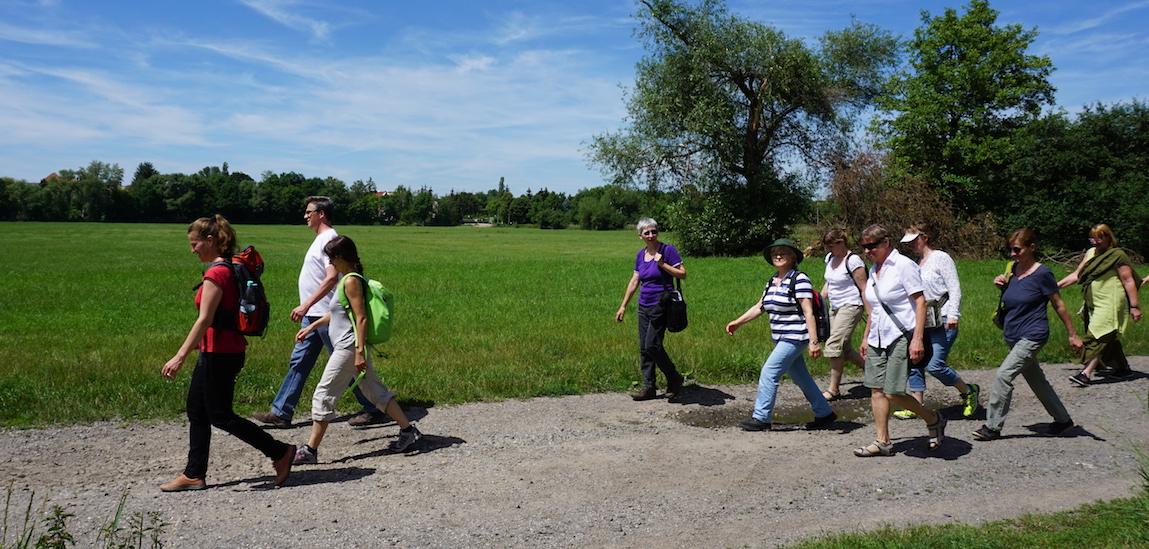 Eine Gruppe von Menschen auf Wanderschaft in der Natur