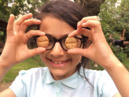 Mädchen hält Wunderfinderkekse vor ihre Augen