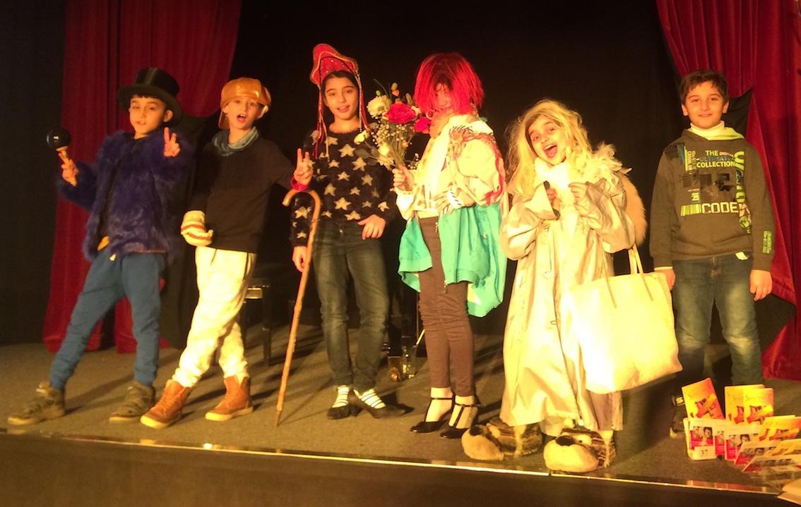 Sechs Kinder stehen verkleidet auf einer Bühne