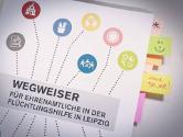 Wegweiser Flüchtlingshilfe mit Postits in Seiten