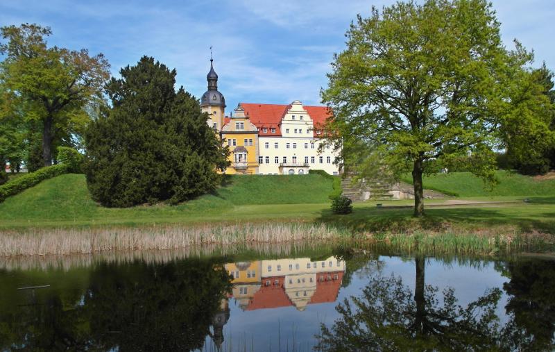 Schloss Thalwitz mit Spiegelung im See