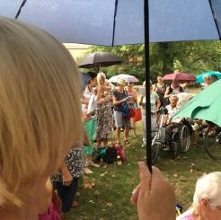 SängerInnen mit Regenschirm