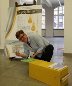 Angelika Kell beim Entleeren der Wunschbox im LeipzigZimmer