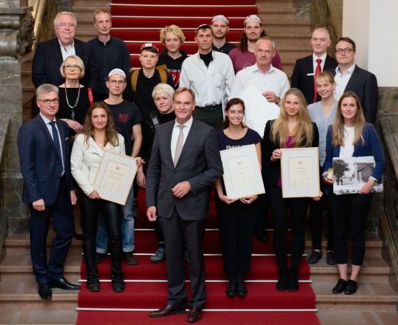 PreisträgerInnen des Zukunftspreises 2019 mit OBM und LaudatorInnen