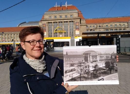 Angelika Kell mit Kalender vor dem Hauptbahnhof