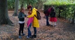 Patin mit zwei Wunderfinderkindern im Park
