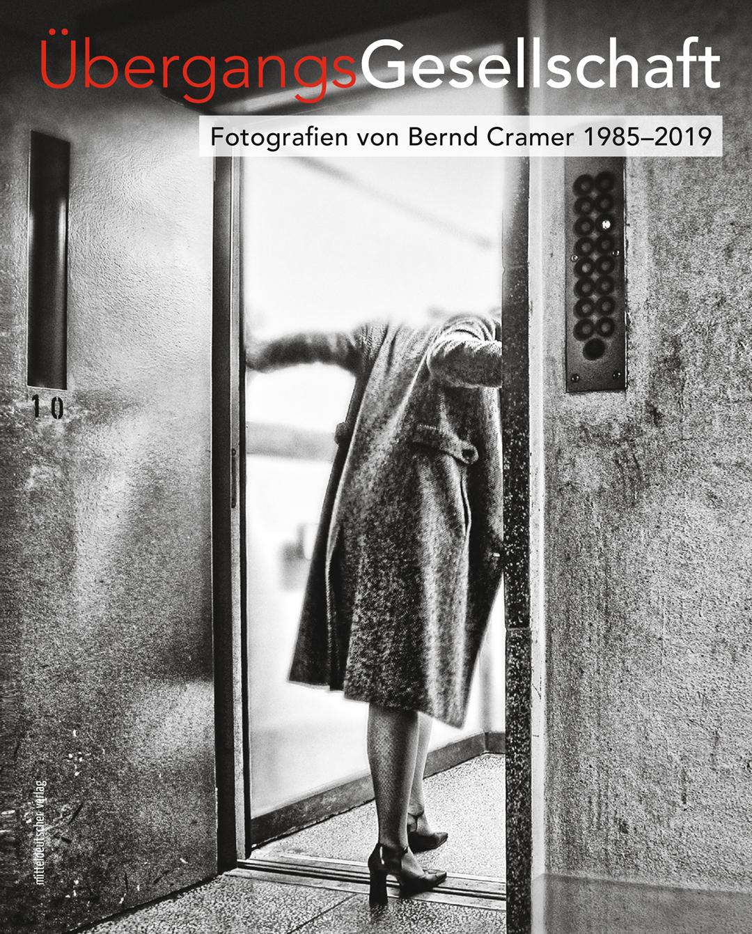 Titelseite des Bildbandes, eine ältere Dame betritt unsicher einen Fahrstuhl