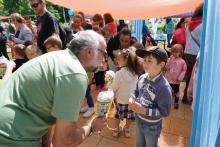 Wolfgang Merseburger übergibt einem Kind eine Zuckertüte