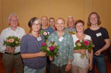 Der neu gewählte Stiftungsrat mit Blumensträußen sowie Angelka Kell