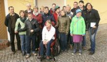 künftige Bewohnerinnen und Bewohner mit ihren Eltern im Hof des Projektes