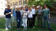 Spendenaktion: Foto mit jubelndem Stiftungsrat mit Sparschweinchen in der Hand