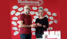 Dr. Petra Dießner übergibt Sachspenden an Wolfgang Merseburger
