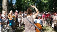 Gabriele Lamotte stimmt an der Gitarre den Chor an