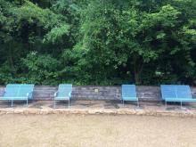 Blau lackierte Bänke auf den Inselteichterrassen