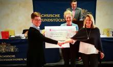 Martina Stein übergibt den Scheck an Angelika Kell und Trendela Braun