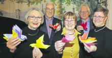 Gruppenfoto Vorstand und Stifter mit Origamitauben