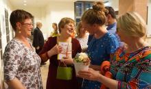 Blumen zum Geburtstag, im Bild sind Vorstand Angelika Kell, Prof. Dr. Eszter Fontana, Wunderfinder-Koordinatorin Trendela Braun und Stiftungsratsvorsitzende Katrin Hart