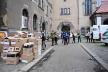 Menschenkette zum Transport von Kartons im Hof der Philippuskirche