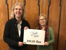 Jürgen Schrödl übergibt Regina Liebold Scheck über 704 Euro von der Nacht der Chöre