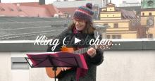 Gabriele Lamotte an der Gitarre ueber den Daechern Leipzigs