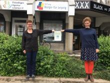 Mitarbeiterinnen mit Spendenscheck