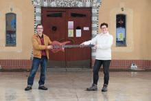 Florian Schetelig und Angelika Kell mit E-Bass auf der Parkbühne vom Geyserhaus