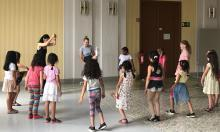 Kinder tanzen im Kreis mit Tanzpädagoginnen
