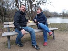 Christopher Zenker und Angelika Kell sitzen auf einer Parkbank