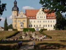 Gruppe Gartenreisende auf dem Gelände des Schloss Thallwitz