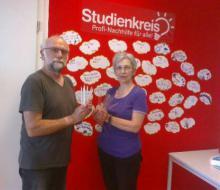 Spendenübergabe von Frau Dr. Dießner an Wolfgang Merseburger in den Räumen des Studienkreises
