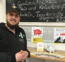 Lars Laskowski im Bistro Brotlos mit Sparschwein