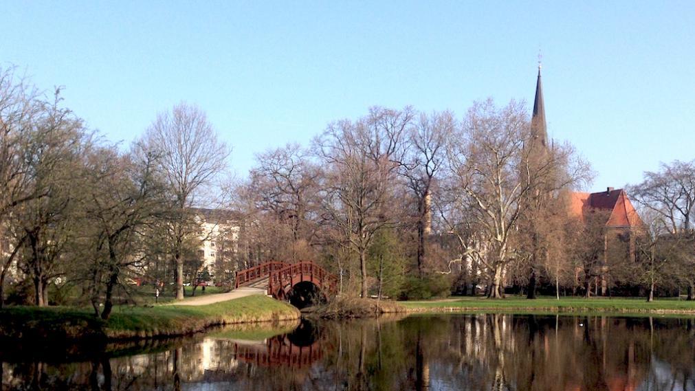 Leipziger Johannapark mit Lutherkirche und Teich
