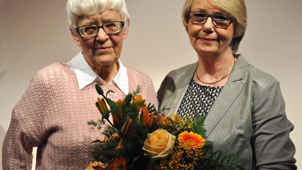 Christine Granz bekommt Blumen von Katrin Hart