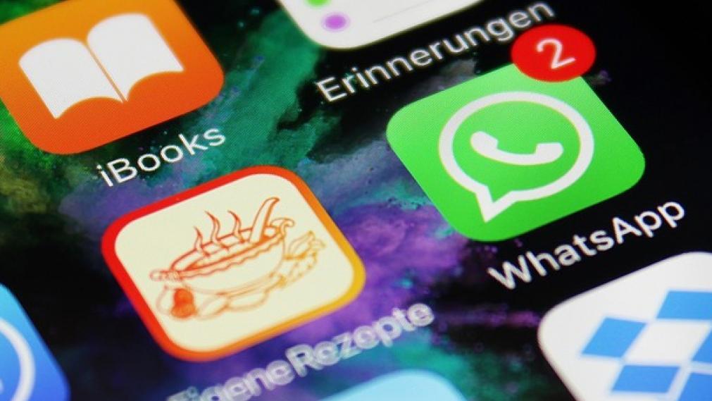 Iphone mit WhatsApp-Symbol mit ungeöffneten Nachrichten
