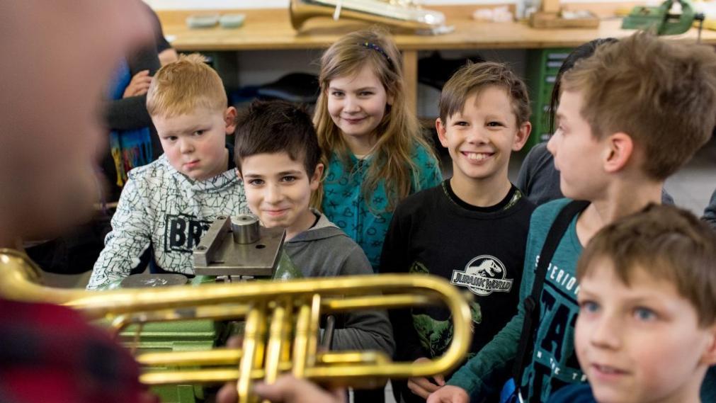Patenkinder beim Instrumentenbauer mit Trompete