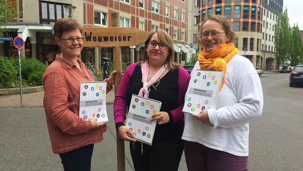 Angelika Kell, Anna Antje Biedermann, Christina Weiß präsentieren den Wegweiser