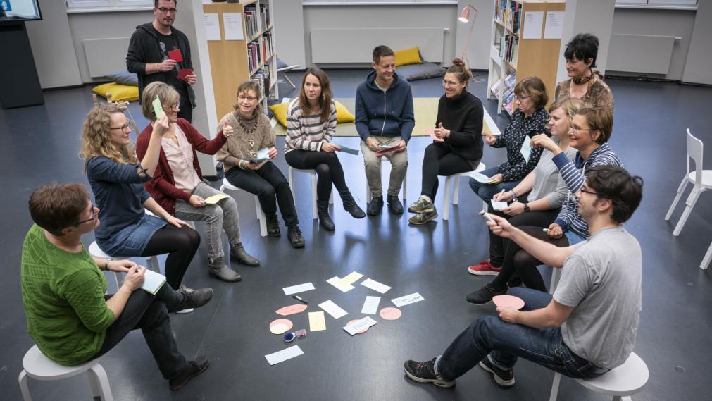 Gruppe im LeipzigZimmer im Kreis mit Moderationskarten