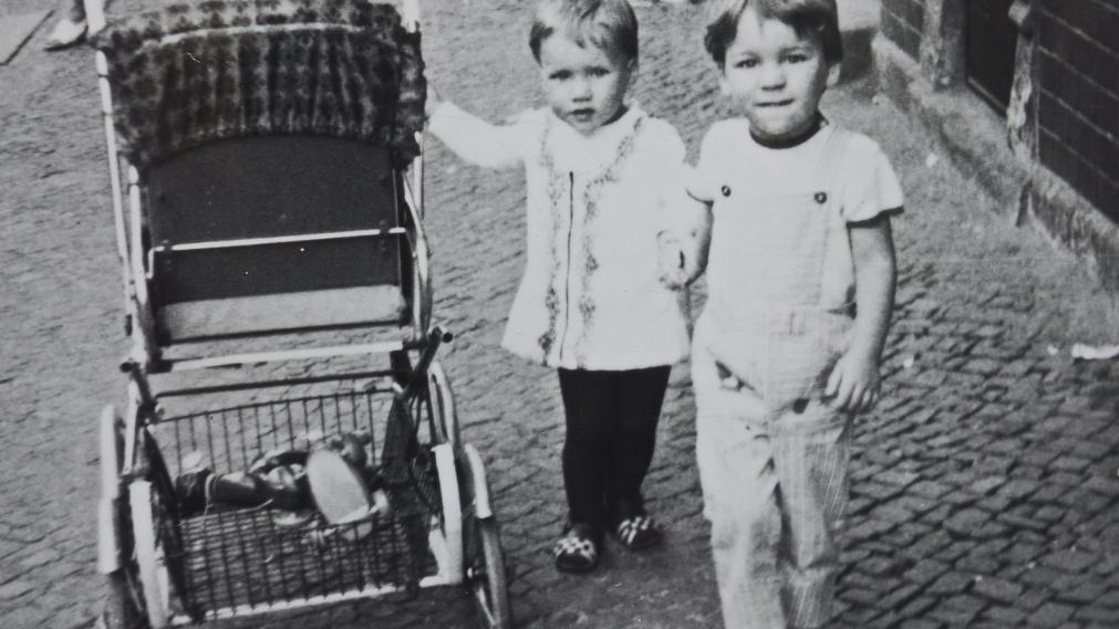 60er Jahre. Kinder am Kinderwagen. Foto aus dem bestand von Stefanie Halisch