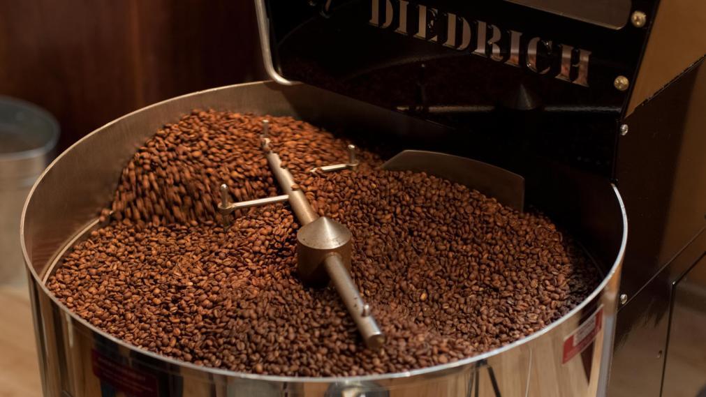 Frische Kaffee in der Rösterei