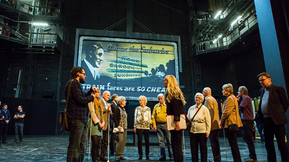 Blinde und Sehende bei der Stückeinführung auf der Bühne des Schauspiel Leipzig