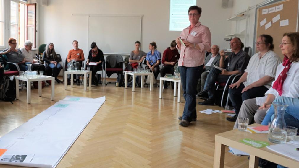 Angelika Kell moderiert Netzwerktreffen mit zahlreichen Teilnehmern in der VHS