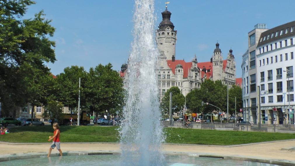 Vordergrund Springbrunnen, Hintergrund der Turm des Neuen Rathauses in Leipzig