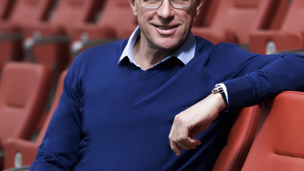 Ralf Rangnick, Sportdirektor bei RB Leipzig im blauen Pullover auf rotem Stadionstuhl