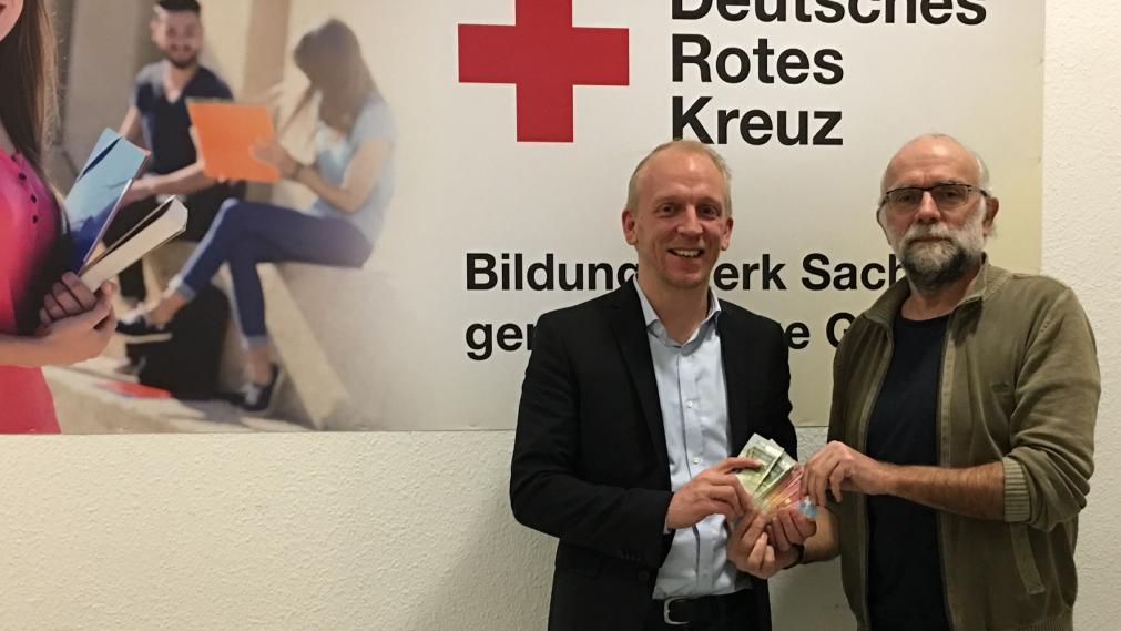 Wolfgang Merseburger nimmt den Spendenscheck entgegen